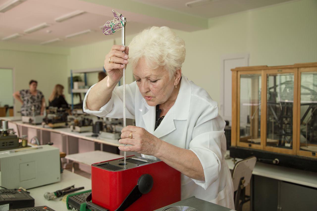 Елена Небыльцова поверяет термометр